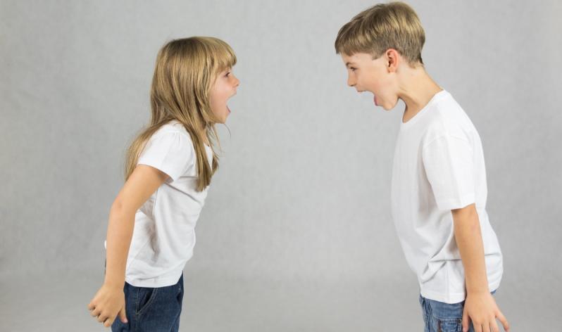 Konflikte oder Spannungen innerhalb der Familie können für ein aggressives Kind Auslöser für Wutausbrüche sein.