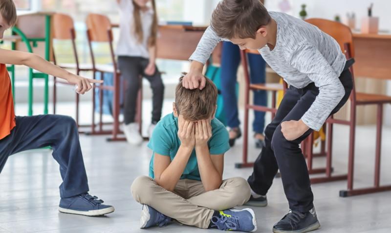 Die Aggressionen können sich bei einem aggressiven Kind durch Mobbing oder physische Angriffe äußern.