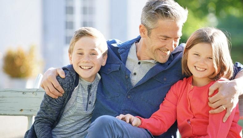 Kinder von älteren Eltern, die irgendwann selbst zu Eltern werden, haben meistens das Schicksal, dass wiederum ihre Kinder ohne Großeltern oder mit sehr alten Großeltern aufwachsen. (#03)