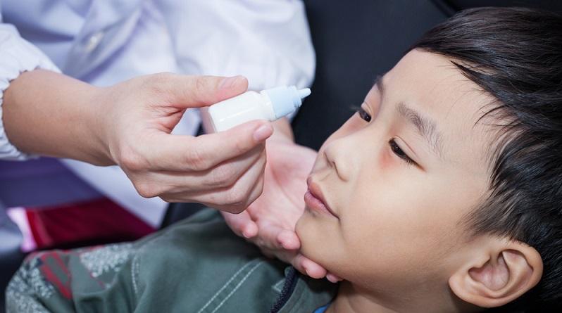 Eine Bindehautentzündung kann durch Viren, Bakterien, Pilze oder externe Ursachen wie starken Windzug, Rauch sowie einen Fremdkörper im Auge hervorgerufen werden. (#02)