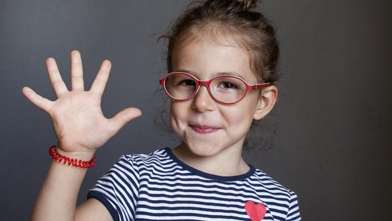 Kinder sind bereits von Kurz- oder Weitsichtigkeit betroffen und auch eine Hornhautverkrümmung beeinträchtigt manchmal das Sehvermögen. (#03)