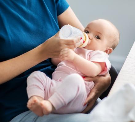 Selbst stillt oder Milch abpumpt und per Fläschchen füttert, bleibt der Mutter überlassen.