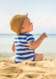 Baby Erstausstattung Checkliste Sommer: ein T-Shirt über dem Body ist oft schon zu viel.