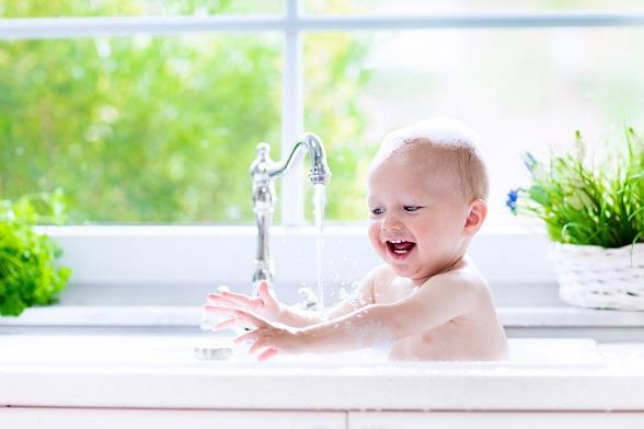 Ganz einfach in der Küche baden, die richtige Höhe, ohne eine extra Badewanne, eine gute Sache nur achtgeben das das Baby nicht an den Wasserhahn kommt und heißes Wasser öffnet.