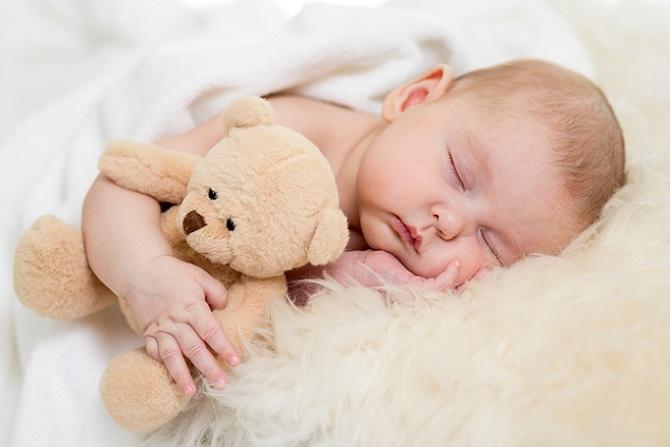 Um das eigene Baby richtig zu versorgen, müssen Eltern gut und ausreichend schlafen. Mit einem Neugeborenen scheint das aber ein Ding der Unmöglichkeit sein. Fakt ist: Ein Baby bedeutet eine einschneidende Veränderung und damit einen unregelmäßigen Schlafrhythmus. (#04)