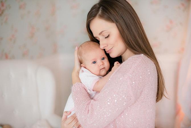 Besonders die absolute körperliche Nähe macht das Stillen für viele Mütter zu den besten Momenten des Lebens. (#01)