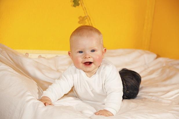 Im fortgeschrittenen Lebensalter entdecken Kinder ihren Bewegungsdrang und versuchen sich auch beim Windelwechsel vom Rücken auf den Bauch zu drehen.