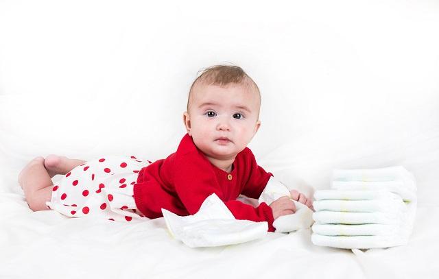 Neben der Suche nach einer Anleitung zum Wickeln beschäftigt viele Eltern auch die Frage, welche Windeln richtig für ein Kind ist.