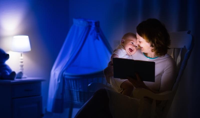 Damit das Einschlafen des Babys beim Stillen nicht zum Abendritual wird, gibt es Alternativen.