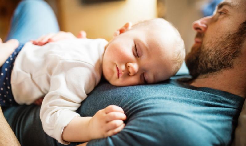 Baby schläft beim Stillen ein: Alternativ in der Nähe bleiben.