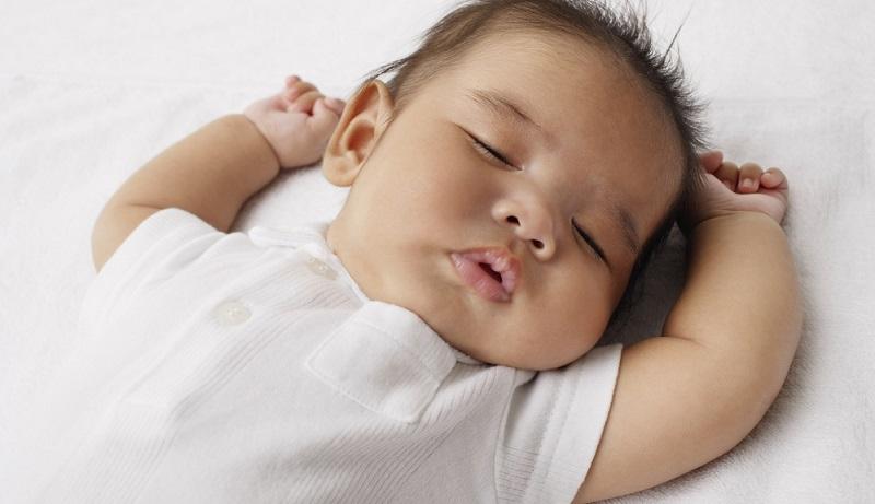 Früher schliefen viele Babys auf dem Bauch, doch seit man in den 90er Jahren die Empfehlung für die Rückenlage zum Standard gemacht hat, haben sich die Fallzahlen drastisch reduziert.