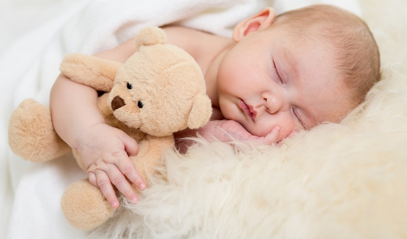 Reduzieren Sie es auf ein Lieblingskuscheltier, das nicht so groß ist, dass es die Schlafposition behindern könnte oder zu viel Raum beansprucht.