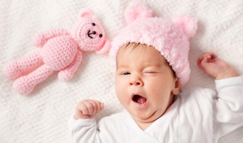 Ein Baby sollte auch nicht übermüdet sein, denn das befördert letztlich einen unruhigen Schlaf und stört bei der Entwicklung eines normalen Schlafrhythmus.