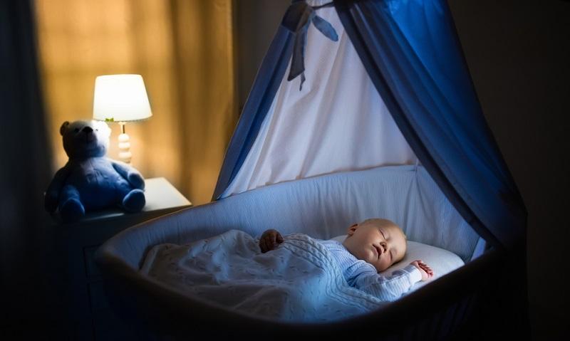 Helligkeit regulieren bzw. Raum abdunkeln (aber nicht völlig verdunkeln!), um Schlafenszeit zu suggerierenv