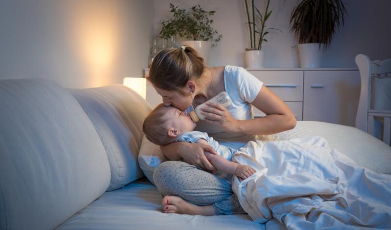 Das Baby schreit abends: Zubettgehrituale bringen Struktur und Sicherheit.
