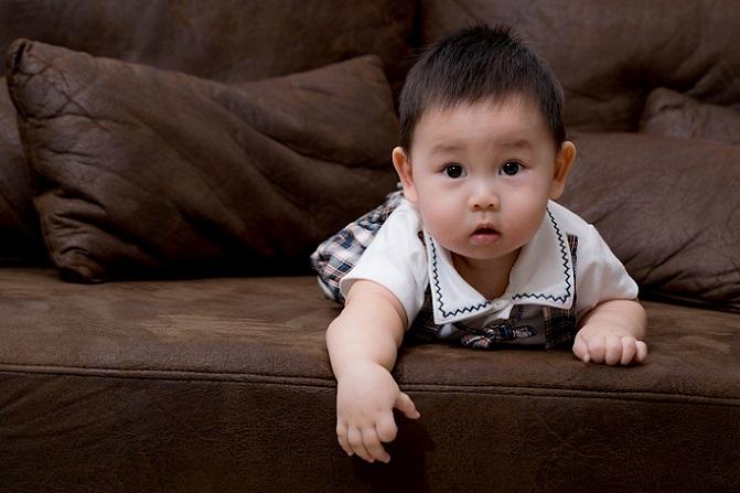Einer der Punkte, über den sich Eltern besonders viele Gedanken machen, sind die Autofahrten mit dem Baby. Wichtig ist es, schon vor der ersten Fahrt eine sichere Autoschale zu kaufen. In dieser Babyschale ist das Kind gut gesichert. (#05)