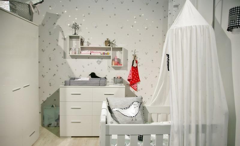 Neben Windeln, Lätzchen und anderen Dingen müssen die Eltern auch verschiedene Möbelstücke anschaffen. Dazu gehört unter anderem die Wickelkommode. (#03)