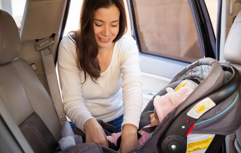 Für Babys gibt es nur eine sichere Sitzgelegenheit im Auto: Die Babyschale. Sie wird entgegen der Fahrtrichtung platziert. Im Falle eines Aufpralls kann ein Baby den Schwung nämlich nicht wie ein Erwachsener mit der Wirbelsäule abfangen. (#02)