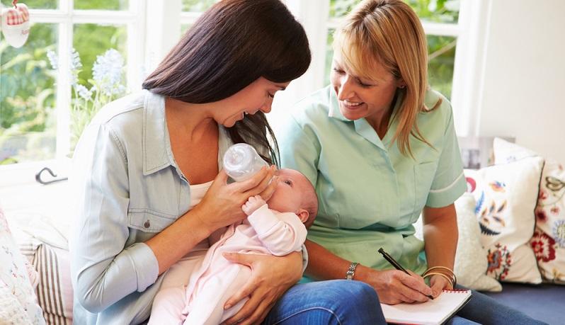 Hebammen und andere Experten raten zur geeigneten Vorgehensweise bei Schrei-Babys und bei Koliken, sie wissen, wie sich das Risiko des plötzlichen Kindstods reduzieren lässt und informieren zudem über die ideale Vorgehensweise beim Stillen. (#04)