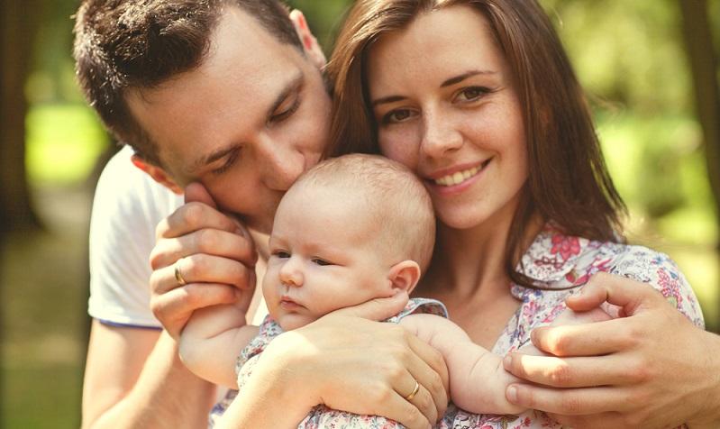 Wenn die Eltern mit sich selbst zufrieden sind und eine positive Stimmung verbreiten, wirkt sich das auch auf die Laune des Babys aus. (#05)