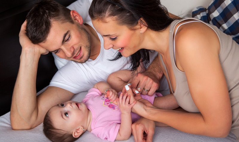 Schon in der ersten Zeit können die Eltern ihr Kind kennenlernen, indem sie es beobachten. Was gefällt dem Baby, welche Gegenstände helfen beim Beruhigen und worauf reagiert es abwehrend? (#06)