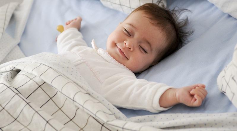 Babyschlafsäcke sind eine gute Möglichkeit, das Kind vor gewissen Gefahren zu schützen. Die Einteiler wärmen den Körper und verrutschen auch beim Herumdrehen kaum. (#03)