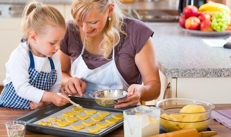 Nur wenige Kinder wollen in der Küche nur die Zuschauer spielen – die meisten packen tatkräftig mit an, damit sie später ihre kleinen Kreationen stolz präsentieren können. (#01)