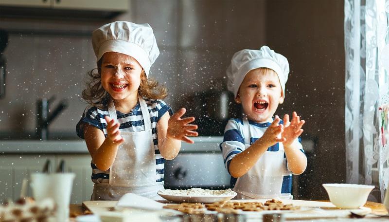 Backen mit den Eltern in der Weihnachtszeit – das bildet bleibende Kindheitserinnerungen. (#05)