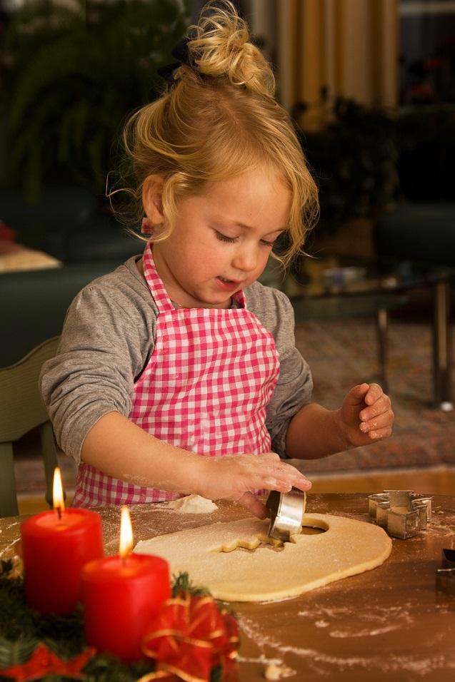 Wie schön das Kind Kekse backt, vielleicht hat ihre Mama ihr versprochen sie ließt ihr heut noch ein bayrisches Weihnachtsgedicht vor