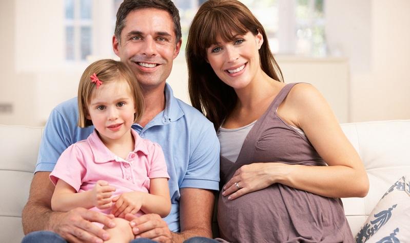 Mamas können die Fortschritte mit dem Papa teilen. Außerdem können sie dem Partner mitteilen, wie es ihr geht.  ( Foto: Shutterstock-Monkey Business Images )