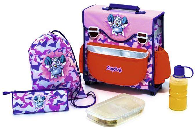 Lernen macht hungrig und durstig und das ist auch gut so. Wichtig ist es dabei natürlich, dass in der Schultasche ausreichend Snacks für die Pausen sind. Die Flasche gefüllt mit Wasser findet ihren Platz an der Seite des Ranzens. (#04)