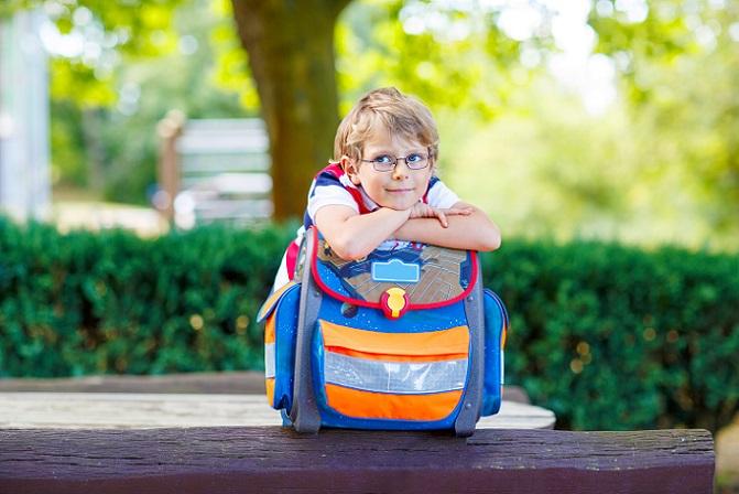 Welcher Ranzen passt gut zu meinem Kind? Wie groß und schwer darf er sein und worauf muss beim Kauf geachtet werden? Inzwischen sind die meisten Modelle ergonomisch sehr gut geformt. Das heißt, sie entlasten den Rücken und sorgen dafür, dass der Nachwuchs die Last gut tragen kann. (#05)