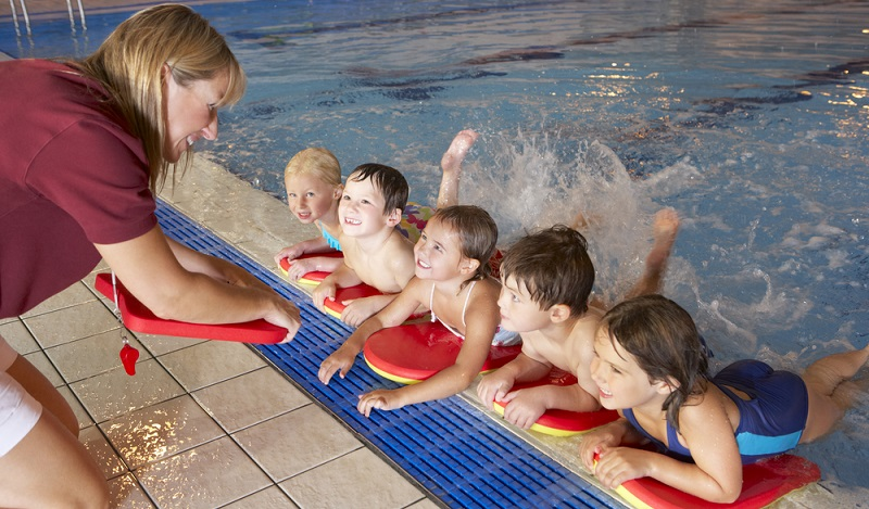 Einschulung Kind: Schwimmen zu können kann Leben retten. Darum ist es sinnvoll, es Kinder bereits im Kindergartenalter lernen zu lassen. (#03)