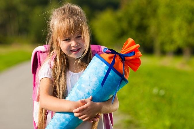 Fotos sind wichtige Erinnerungsstücke für Sie und Ihr Kind. Knipsen Sie Ihr Kind an dessen erstem Schultag – und wiederholen Sie dies genau ein Jahr später. (#01)