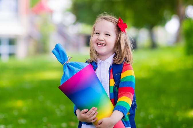 Die Einschulungsfeier markiert einen großen Einschnitt im Leben eines Kindes, denn schon kurze Zeit darauf wird es täglich in die Schule gehen. (#02)