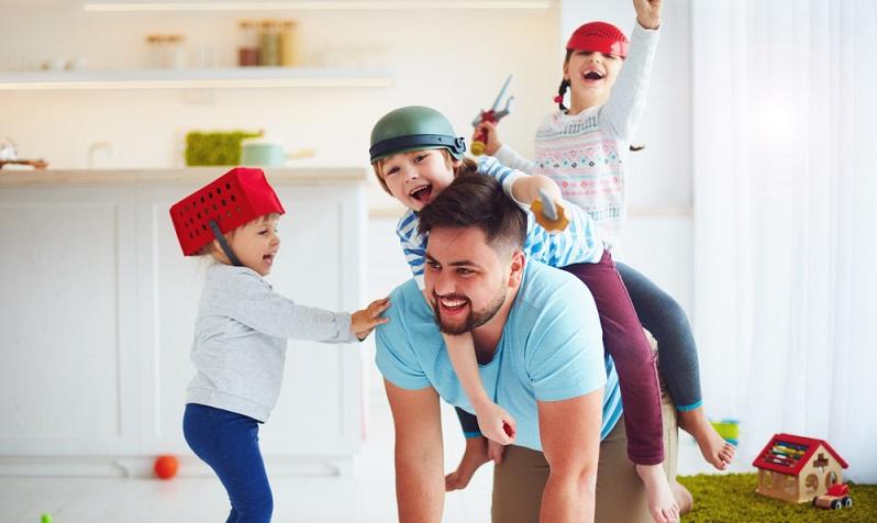 Als Arbeitgeber hat man zwar nur in äußerst seltenen Fällen die Möglichkeit, die Elternzeit eines Mitarbeiters abzulehnen, trotzdem muss jeder Mitarbeiter, der Elternzeit nehmen möchte, diese beantragen – und zwar spätestens sieben Wochen vor dem geplanten Start.(#04)