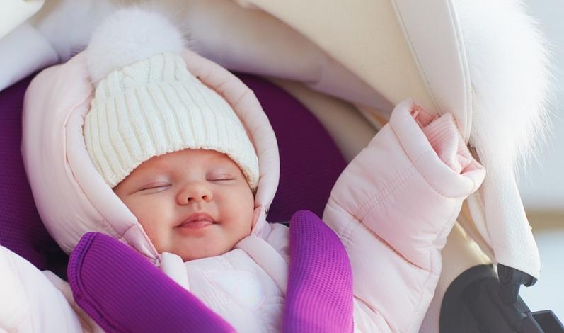 Bitte regelmäßig im Nacken des Kindes die Temperaturen kontrollieren? Hier fühlen Eltern am besten, ob es dem Kind zu warm wird. Schwitzen darf es keinesfalls, dann ist die Erkältungsgefahr zu groß.  ( Foto: Shutterstock- Olesia Bilkei_)