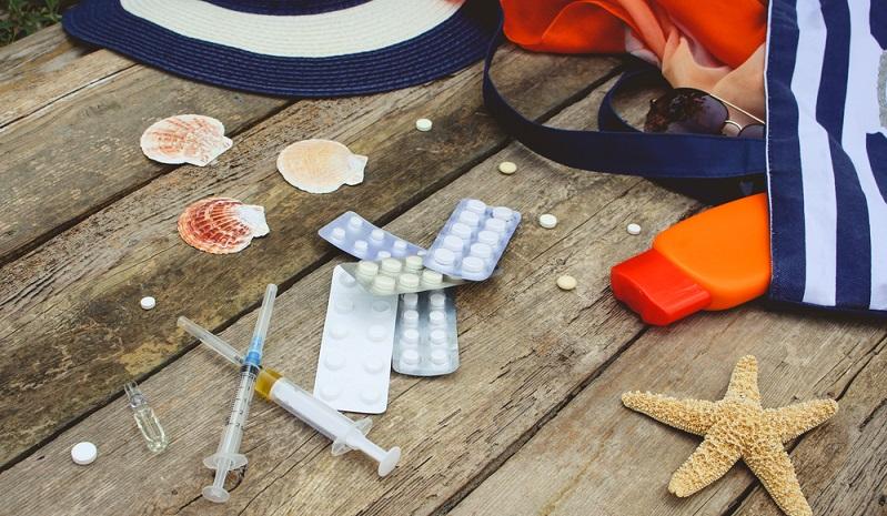 Natürlich müssen Medikamente, auf die man angewiesen ist, mit in die Reiseapotheke. Aber auch eine grundsätzliche Ausstattung darf nicht fehlen. (#01)