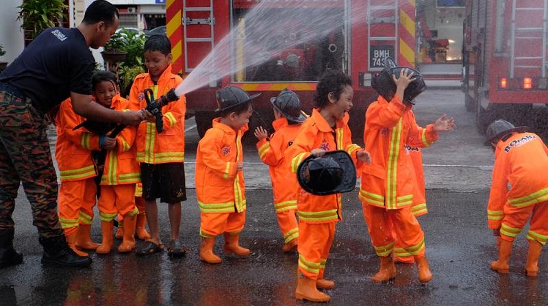 Schon kleine Kinder ab dem Kindergartenalter sollten wissen, dass die Feuerwehr unter einer bestimmten Nummer zu erreichen ist, die aber nur in Notfällen angerufen werden darf.(#02)