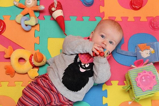 Klar braucht das Baby auch Beschäftigung beim fliegen, also einfach das Lieblingsspielzeug mitnehmen und schon ist das Baby glücklich.