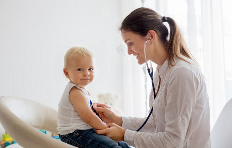 Fremdkörper im Hals: Um auszuschließen, dass es zu Folgeproblemen kommt, sollten die Kinder sehr gut beobachtet werden. (#03)