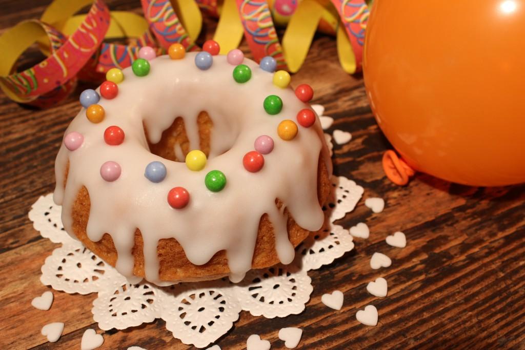 Niedlicher Geburtstagskuchen mit vielen Zuckerperlen oder Gummibärchen verziert - der Renner bei kleinen Kindern. (#01)