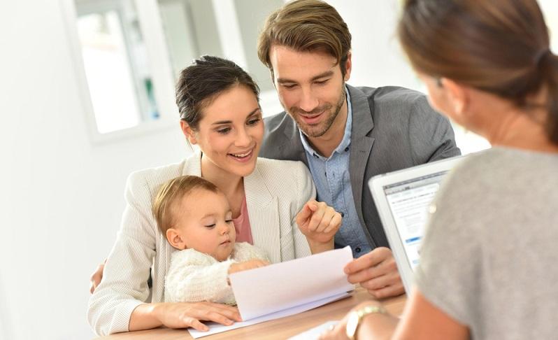 Natürlich kann es sein, dass die eigene Geburtsurkunde im Laufe der Jahre verloren ging. ( Foto: Shutterstock- goodluz )
