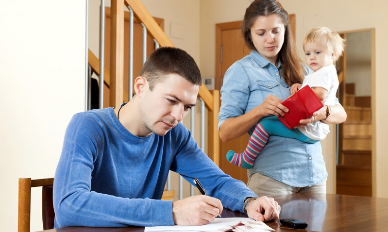 Wichtig zu wissen. Das Gehalt im Mutterschutz beträgt 100 Prozent des vorigen Einkommens. Elterngeldzahlungen belaufen sich aber nur auf maximal 65 Prozent plus Geschwisterbonus. (#04)