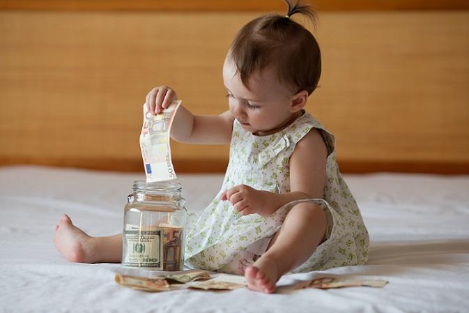 Wer Kindergeld beantragt, hat gleichermaßen auch die Möglichkeit, eine weitere finanzielle Unterstützung vonseiten der Familienkasse in Anspruch zu nehmen. Der sogenannte Kinderzuschlag richtet sich an Familien, deren Einkommen für den Unterhalt der Eltern reicht, aber nicht für den des Kindes. (#02)