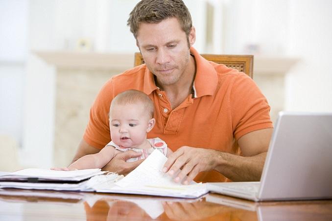 """Mütter oder Väter, die nach der Geburt des Nachwuchses in Teilzeit arbeiten gehen, haben die Option, das Elterngeld zu """"strecken"""". Das heißt konkret, dass das Elterngeld für den doppelten Zeitraum gewährt wird. So kann ein Monat Elterngeld in zwei Monate ElterngeldPlus getauscht werden. (#05)"""