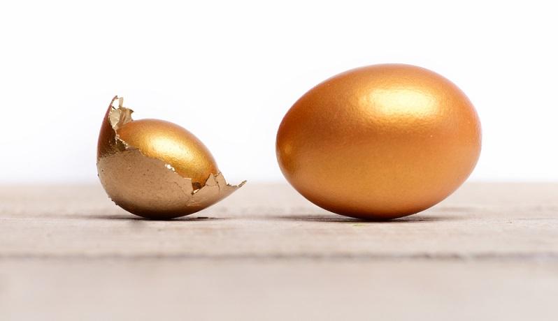 Gold verschenken beinhaltet gleichzeitig einen bestimmten Wert und eine Geldanlage. Das Edelmetall gilt als eine der sichersten Geldanlagen überhaupt. Auch wenn Gold natürlich ebenfalls den Kursschwankungen unterliegt, so sorgt es für eine schnelle Liquidität und kann für das Baby später den Start in das Leben deutlich leichter machen. (#02)