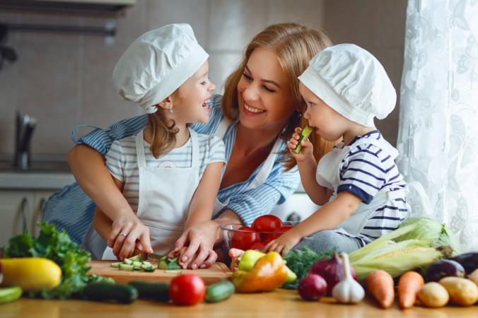 Kochen Sie gemeinsam mit Ihren Kindern das Gemüse, so lernen sie ganz nebenbei die tatsächliche Gemüseform kennen. (Karotten wachsen ja schließlich nicht in Scheiben). Lassen Sie die Kinder sehen, fühlen, riechen und natürlich auch schmecken! (#1)