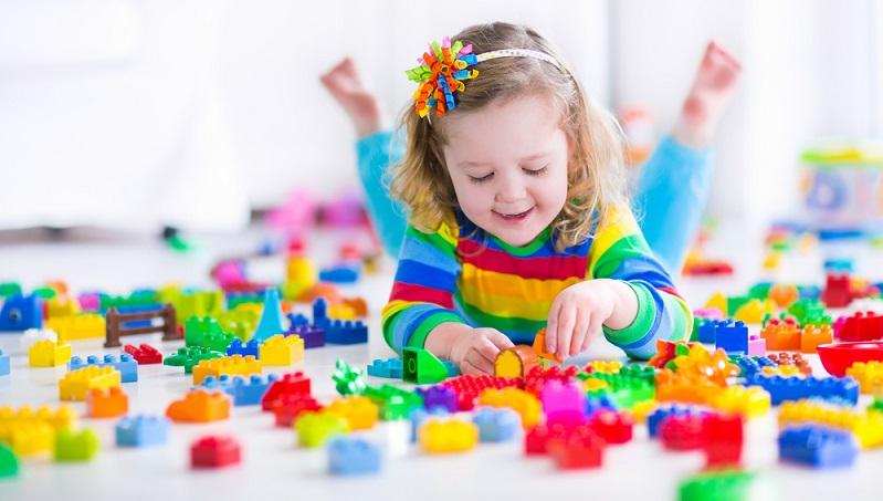 Einige können sich über viele Jahre hinweg mit Duplo- und Legosteinen beschäftigen, während andere Kinder schon früh Kartenspiele lernen oder besondere Interessen wie Zaubern oder Basteln haben. (#02)