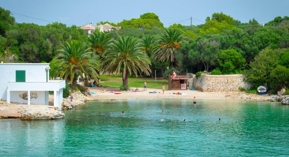 Die reizvollen Buchten mit ihren Stränden wie hier die Cala Blanca sind ein Grund mehr, das Glückshotel Menorca buchen zu wollen. (#1)
